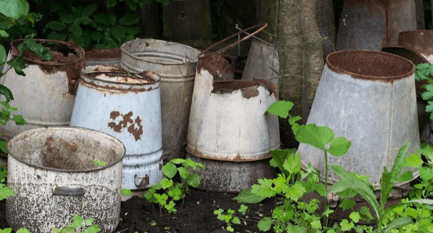 Не выбрасывайте старые дырявые ведра! Им есть отличное применение на даче!